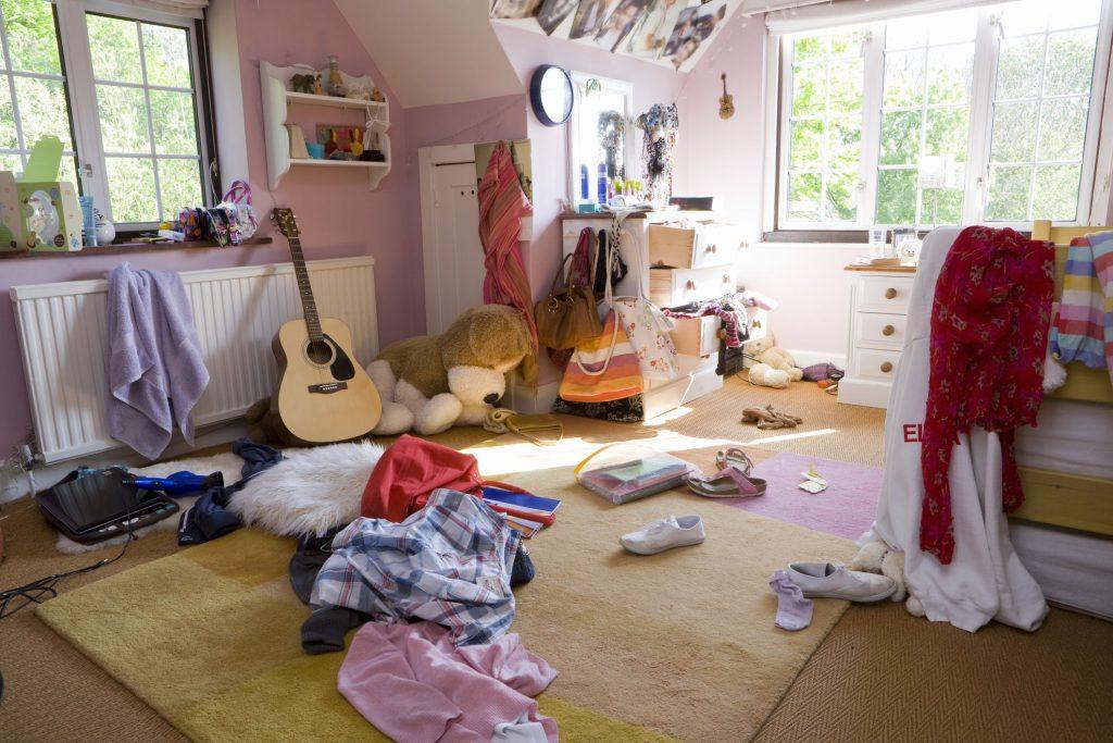Colaboración de Maribel Martínez en este interesante reportaje de Eva Millet sobre el habitual caos de la habitación de un adolescente, reflejo de su desorden interior, y cómo convivir en familia.